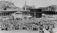 التقطت في 18 يوليو 1889 وتظهر ضيوف الرحمن حول الكعبة .