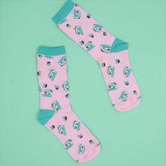 [Werbung] Zusammen mit Snaply habe ich Socken für Nähnerds entwickelt: die #DIYeuleSocken mit kleinen Nähmaschinen. Sock Display, Feeds Instagram, Blue Socks, Funny Socks, Designer Socks, Sport Socks, Us Man, Happy Socks, Tights