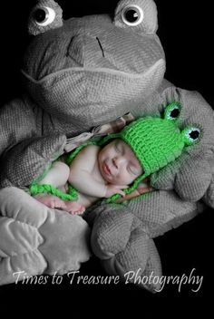 Adorable Frog Pic for a Newborn, etsy Hat and oversized Frog stuffed animal. Times to Treasure Indianapolis, IN