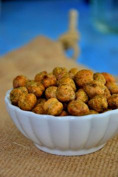 Spicy Roasted Wasabi Chickpeas Serves 2 to 4 Ingredients 1 oz.) BPA-free can chickpeas, drained and rinsed 1 tbsp. garlic powder Preheat oven to 375 degrees. Appetizer Recipes, Dog Food Recipes, Vegan Recipes, Snack Recipes, Cooking Recipes, Appetizers, Vegan Meals, Healthy Treats, Healthy Foods To Eat