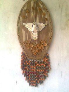 Estandarte com Divino tendo como base madeira, flores de madeira e franja de contas rusticas