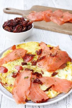 Omelette with smoked salmon- Omelette mit Räucherlachs Contains advertising. Weight Watchers Recipe – Omelette with … - Fast Food Breakfast, Weight Watchers Breakfast, Breakfast On The Go, Breakfast Recipes, Petit Déjeuner Weight Watcher, Plats Weight Watchers, Weight Watchers Meals, Naan, Smoked Salmon Omelette