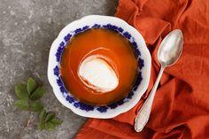 Hemgjord nyponsoppa är inte alls krångligt att göra, och resultatet blir så gott! Nyponen är dessutom sprängfyllda med c-vitamin och finns i överflöd i dikeskanter och trädgårdar. Ett par handskar vid plockning är emellertid att rekommendera. Vegan Soups, Fika, Medicinal Plants, Fall Recipes, Punch Bowls, Vitamins, Sauces, Desserts, Drink