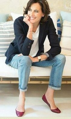 Classic parisian look. Classic outfit. Navy, white, jeans and red, wine. Ines de La Fressange https://www.instagram.com/p/BDz_MfBwvbF/