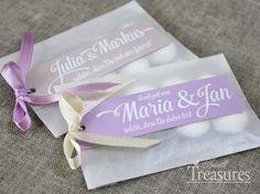 Verpackungsset für Gastgeschenke zur Hochzeit.   Das Set besteht aus zarten Pergamintütchen und individuell gestalteten Anhängern mit Wunschtext.  ...