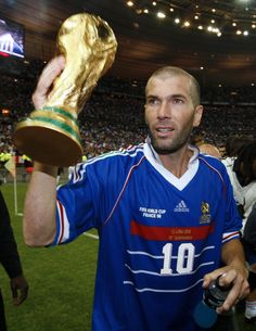 """Zinedine Zidane with the World Cup after an exhibition match between France's 1998 champions side and the rest of the world"" Football 2018, Football Icon, Best Football Players, Football Is Life, Retro Football, World Football, Soccer World, Football Match, Sport Football"