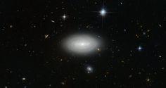 La galassia MCG+01-02-015, conosciuta anche come LEDA 1852, è stata fotografata usando lo strumento Advanced Camera for Surveys (ACS) del telescopio spaziale Hubble. Leggi i dettagli nell'articolo!