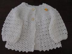 Casaquinho para bebê em crochê . <br>Tecido em lã para bebê. <br>Faço em outras cores é só deixar a cor desejada na caixa de diálogo na hora da compra. <br>Tamanhos: <br>0 - 3 meses <br>4 - 6 meses