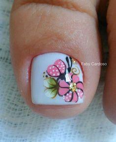 Já falamos aqui sobre a necessidade de cuidarmos das unhas dos pés. E elas podem também ser decoradas! hoje trouxemos unhas decoradas com flores, que deixam os pés lindos e delicados. São decorações simples e fáceis de fazer nas unhas dos pés. Confira as muitas fotos de unhas dos pés decoradas com lindas flores e… Toe Nail Art, Nail Art Diy, Diy Nails, Mani Pedi, Manicure And Pedicure, Feather Nail Art, Acrylic Toes, French Pedicure, Toe Nail Designs