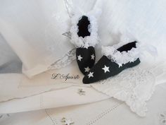 Petits souliers en tissu étoiles et ruban d'organza.