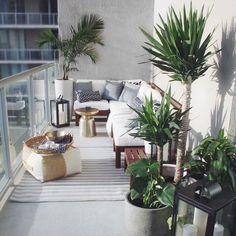 A small balcony design that maximizes a corner. Modular outdoor seating in… - balcony decoration- Ein kleiner Balkonentwurf, der eine Ecke maximiert. Modulare Außensitzplätze in der … – Balkondekoration A small balcony design that maximizes a corner …. Small Balcony Design, Small Balcony Decor, Small Terrace, Small Room Design, Terrace Design, Patio Design, Small Balconies, Plants For Balcony, Garden Design