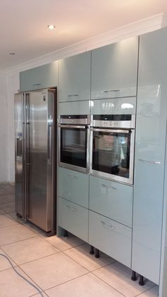 Astral Acrylic doors to give a semi gloss finish, with tall run of units incorporating double and – Kitcapfix Dark Grey Kitchen Cabinets, Kitchen Units, Kitchen Appliances, Kitchen Ideas, American Fridge Freezer Built In, American Fridge Freezers, Howdens Kitchens, Handleless Kitchen, Kitchen Interior