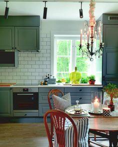 """""""Det hyggelige kjøkkenet til Rudolf som driver @angleterreinterior på Hovedøya. Kommer i #maisoninterior #levvakkert #kjøkken #kitchen #lysekrone…"""""""