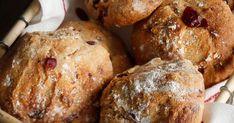 Yön yli kohonneesta taikinasta tehdyt karpalosämpylät saavat kuumassa uunissa paksun ja rapean kuoren. Muffin, Salt, Bread, Baking, Breakfast, Food, Bread Making, Breakfast Cafe, Muffins