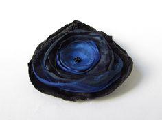 Anstecker+Brosche+Satin-Organza-Blüte+schwarz-blau+von+soschoen+auf+DaWanda.com