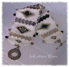 Naja - und von Armbändern kann frau ja nie genug haben!           Peyote Technik; Armband, Bracelet, beaded Bead, Swarovski Crystallized(TM)...