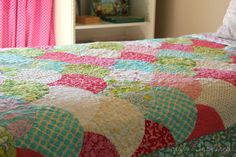 Girl. Inspired. {sewing, crafts, party inspiration}: Three Scallop Quilts - no tutorial, but LOVE these quilts