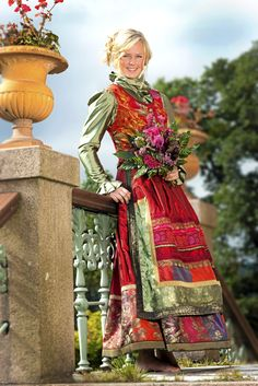 Lise Skjåk Bræks nye festdrakter - Et eventyr i farger og stoffer - Hjemmet Folk Film, Culture Clothing, Costumes Around The World, Folk Costume, Textiles, Traditional Dresses, Norway, Boho Fashion, Folklore