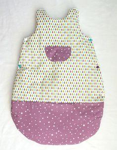 Une gigoteuse en coton triplée en  molleton disponible en taille 0-6 mois ou 6-12 mois.  Ses couleurs douces et ses motifs poétiques en fo...