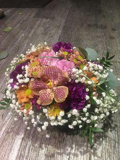 Rund dekorasjon laget med (for det meste) resteblomster My Flower, Flowers, Floral Wreath, Wreaths, Home Decor, Floral Crown, Decoration Home, Door Wreaths, Room Decor