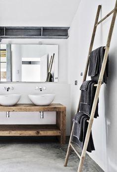 Aujourd'hui, c'est l'usage le plus prisé: une échelle porte-serviettes pour la salle de main.Crédit photo: planete-deco.fr