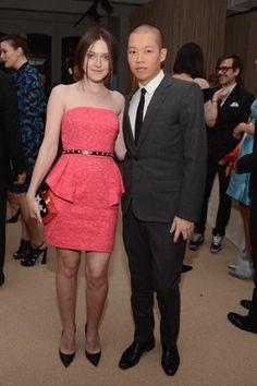 Dakota Fanning posa ao lado do designer Jason Wu. A atriz veste criação do próprio estilista e sapatos Prada. Foto: GETTY