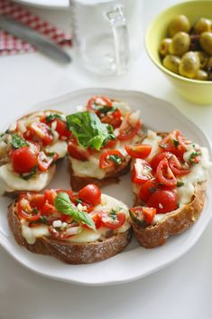 Tomato Bruschetta – Welcoming in the New Year. appetierz crostini appetierz treeDouble Tomato Bruschetta – Welcoming in the New Year. appetierz crostini appetierz tree Candied Tomato bruschetta with ricotta & goat's cheese Tomato Bruschetta, Bruschetta Recipe, I Love Food, Good Food, Yummy Food, Yummy Recipes, Taco Pizza, Food Porn, Tortilla