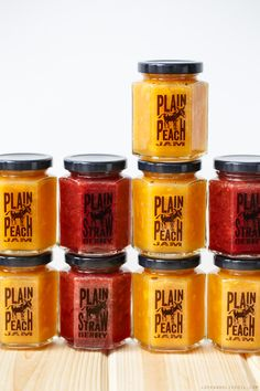A basic recipe for plain peach and strawberry jam (plus download the FREE printable labels for your jars!)
