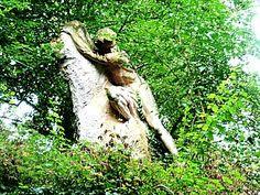 Le gouffre parfois nommé le grimpeur (1933) du sculpteur Sylvain Kinsburger (1855-1935). Parc des Buttes.