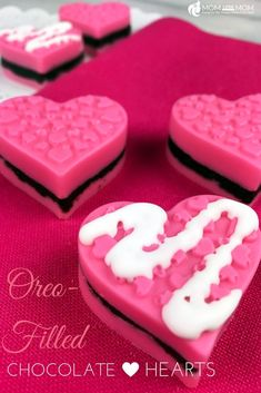 Valentine's Day Oreo-Filled Chocolate Hearts Best Dessert Recipes, Delicious Desserts, Yummy Food, Amazing Recipes, Wilton Candy Melts, Chocolate Hearts, Party Food And Drinks, Valentines Day Treats, Oreo Cookies