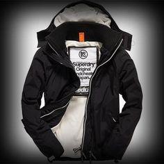 Superdry極度乾燥 メンズ ジャケット スーパードライ極度乾燥 Arctic Windcheater ジャケット ★フロントのトリプルジッパーやコントラストカラーの裏地とフードと裾のバンジードローコード付きがポイントになり・・ハイネックスタイルがスタイリッシュでお洒落です。 ★ファスナーや細部に至るまで洗練されたこだわったデザインになっています。