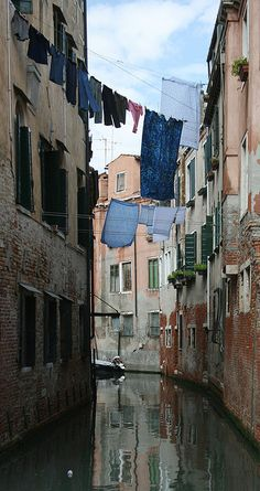 The art of laundry in Venice Laundry Lines, Laundry Art, Laundry Room, Laundry Decor, Vintage Laundry, Sea Photo, Photos Voyages, Painted Doors, Belle Photo
