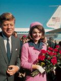 President John F. Kennedy Standing with Wife Jackie After Their Arrival at the Airport Lámina fotográfica de primera calidad por Art Rickerby