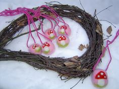 Hier kommen die Kleinen ganz groß raus.  Eine dicke gefilzt Perle mit Glückspilz hängt an einer Wollschur.  Eine schöne Idee für ein Giveaway beim Kin