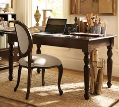 LOVE this desk and staging ! Love the masculine vintage feel with a dash of femininity. Perfect inspiration for the desk at the foot of my bed.
