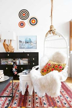 Loft living space with a white hanging chair, colorful pop art, and a rug Bohemian Chic Decor, Diy Home Decor, Room Decor, Retro Stil, Style Retro, Room Style, Piece A Vivre, Swinging Chair, Ideas