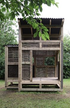 "Takeshi Hayatsu and Kristin Trommler of London studio Architects collaborated with students at Cardiff University to build a timber-framed tea house with wattle and daub panels. (ok c'est une ""tea house""."