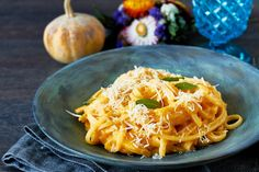 For those cozy autumn evenings, we present an Autumnal creamy pumpkin pasta with Parmesan and dried sage leaves. Talk about comfort food! Pasta Recipes, Cooking Recipes, Healthy Recipes, Carbonara Recept, Spagetti Sauce, Pumpkin Pasta Sauce, Homemade Garlic Bread, Whole Wheat Pasta, Middle Eastern Recipes