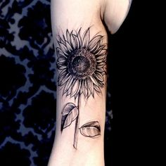 Sunflower tattoos for women aren't just for aesthetic value and artistic expression, they can also have specific interpretations and personal significance behind them. Explore the meanings behind sunflower tattoos here and see beautiful examples. Wolf Tattoos, Finger Tattoos, Forearm Tattoos, Cute Tattoos, Unique Tattoos, Beautiful Tattoos, Black Tattoos, Body Art Tattoos, Small Tattoos