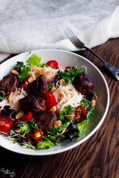 Sweet chili nuudelisalaatti härkispyöryköillä