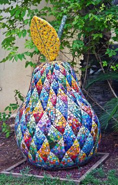 A giant mosaic pear. Mosaic Garden Art, Mosaic Diy, Mosaic Crafts, Mosaic Projects, Mosaic Glass, Mosaic Tiles, Mosaic Designs, Mosaic Patterns, Mosaic Artwork
