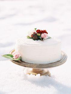 Simple white wedding cake with flowers | Winter Wedding Ideas | Photography: @orangephoto | Cake: The Mint Kitchen