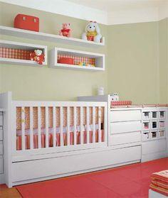 Um único móvel concentra berço, cama embutida, trocador e cômoda no quarto que mistura móveis de linhas retas e tecidos de cores ousadas. O projeto é de Milena Purchio e Cristina Mazon Barbara.
