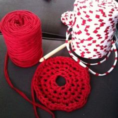 Knits to know for the Trapilho / Zpagetti with video – Mom's confidences Crochet Diy, Crochet Amigurumi, Crochet Hooks, Creative Bubble, Macrame, Diy And Crafts, Crochet Earrings, Knitting, Rangement Diy