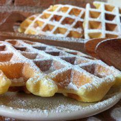 INGREDIENTI: (per 6-7 cialde) 2 uova 80 gr di zucchero alla vaniglia, o i semi di mezza bacca 60 gr di olio di semi, o di margarina fusa ( o di burro fuso) 180 gr di farina 180 ml di acqua ( o latte) 1/2 cucchiaino di lievito