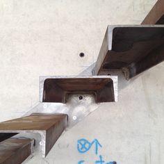 Casa E | 08023 Arquitectos - Detalles de la construcción de la escalera. Es una versión de escalera metálica en voladizo que nunca habíamos probado. De todas las escaleras que habéis visto/subido/bajado, ¿Cuales son las escaleras que más os han llamado la atención? #escaleras #construccion