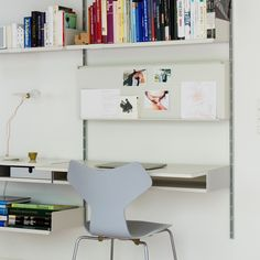 How the 606 Universal Shelving System works: its shelves, accessories, and wall-mounted and compressed structures. Wall Mounted Shelves, Metal Shelves, A Shelf, Floating Shelves, Shelf System, Shelving Systems, Interior Architecture, Interior Design, Modern Desk