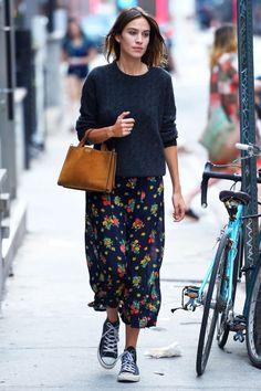 Oppure associare l'maxi fluttuanti, floreale con una maglia oversize e scarpe da ginnastica per un look elegante fuori servizio.
