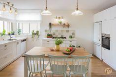Kitchen Colors, Kitchen Decor, Kitchen Design, Kitchen Ideas, Home Staging, New Homes, House Design, Table, Furniture