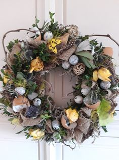 Easter Flowers, Funeral Flowers, Holidays And Events, Easter Crafts, Dried Flowers, Flower Decorations, Happy Easter, Christmas Wreaths, Floral Wreath